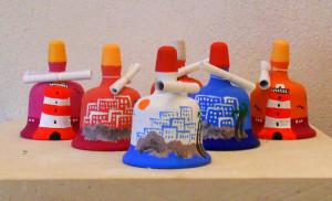 campanelle in terra cotta dipinte a mano con paesaggio