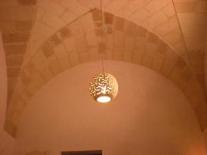Lampadario in pietra leccese forma a sfera diametro 30 circa lavorazione artigianale vari disegni anche su richiesta del cliente